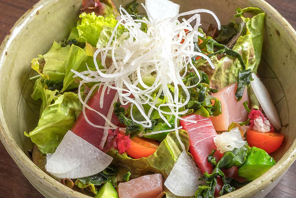 地物舞鶴市の魚介と野菜を使った旬の魚と海藻のサラダ