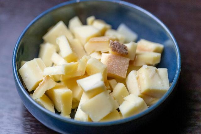 ラクレットチーズはスイスのチーズで、強い香味と、ミルク、ナッツの香りに銀杏や干物のような独特な香り、そしてうま味と程よい塩味が特徴です。